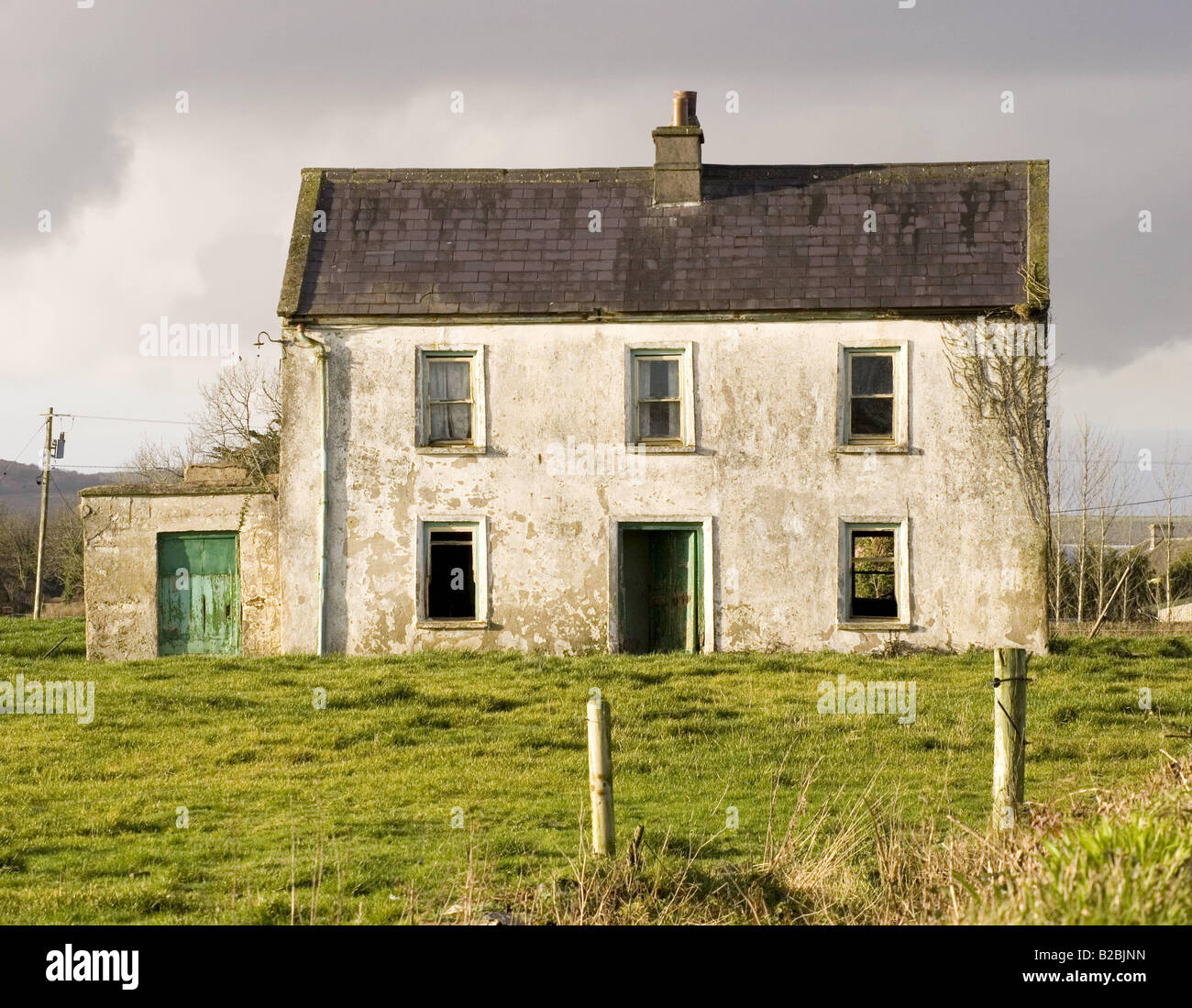 altes haus im feld irland stockfoto bild 18695873 alamy. Black Bedroom Furniture Sets. Home Design Ideas