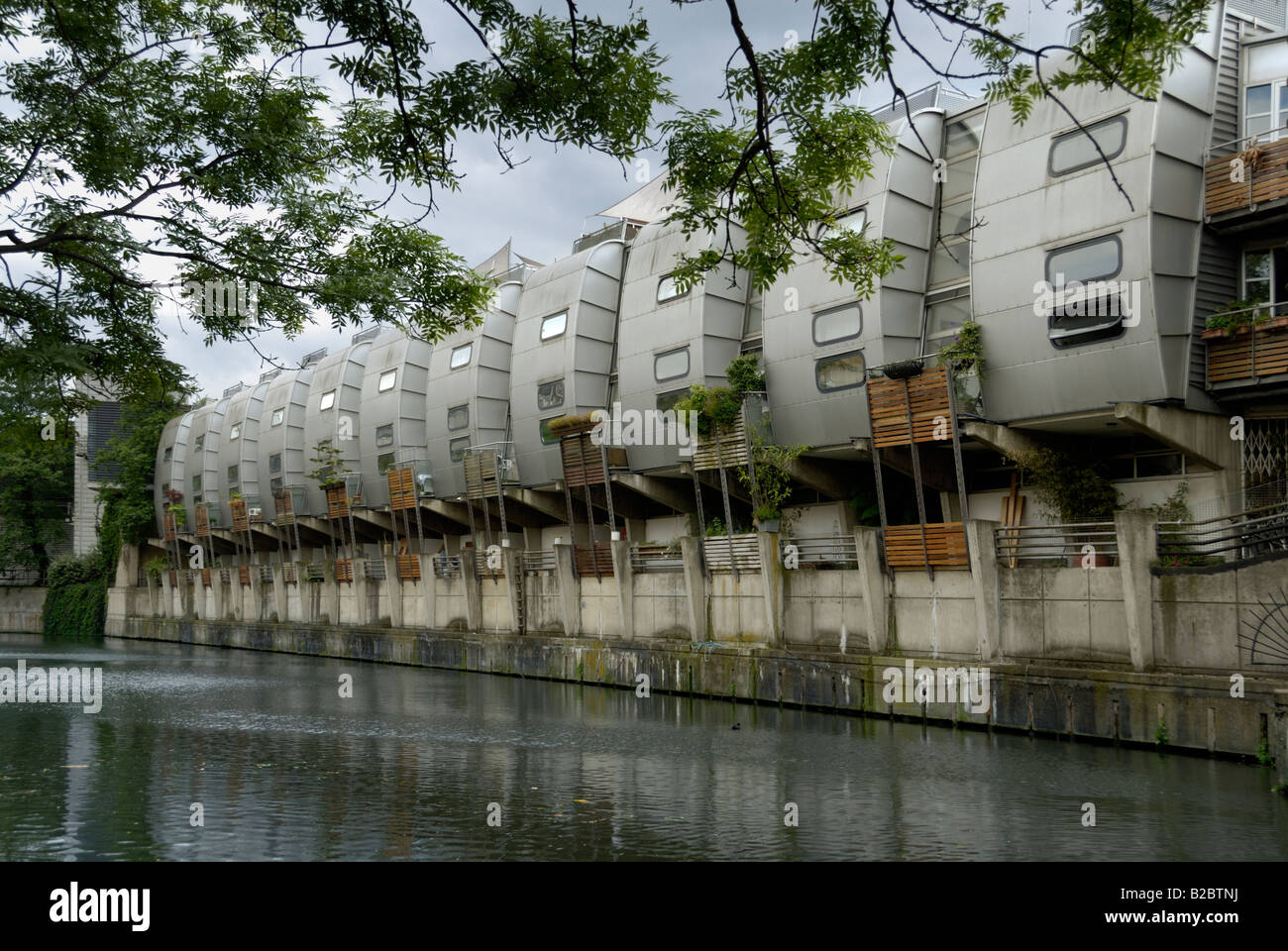 Futuristische Häuser in Reihe von Grand Union Canal, London Stockfoto