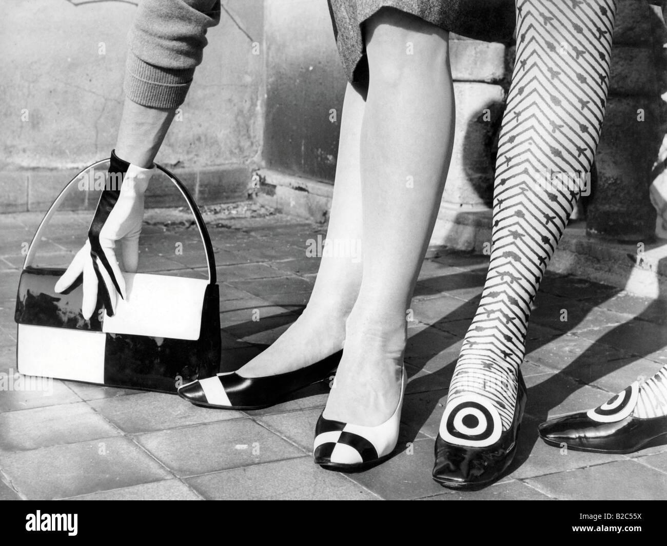 Schuhe und passende Tasche, historische Bild von ca. 1955 Stockbild