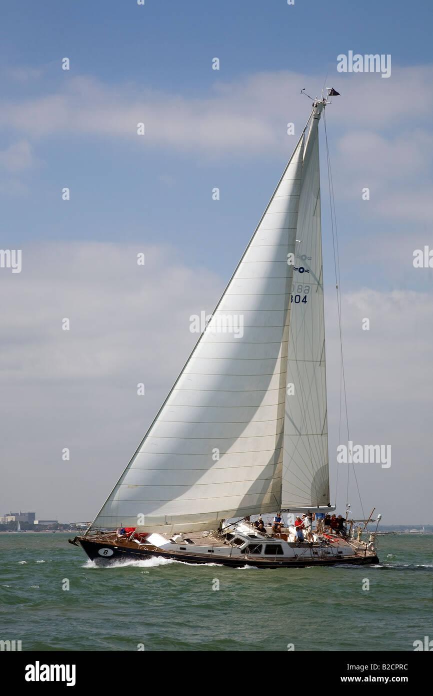 Moderne segelyachten  Moderne Segelyacht Sternennacht unter vollen Segeln im Solent ...