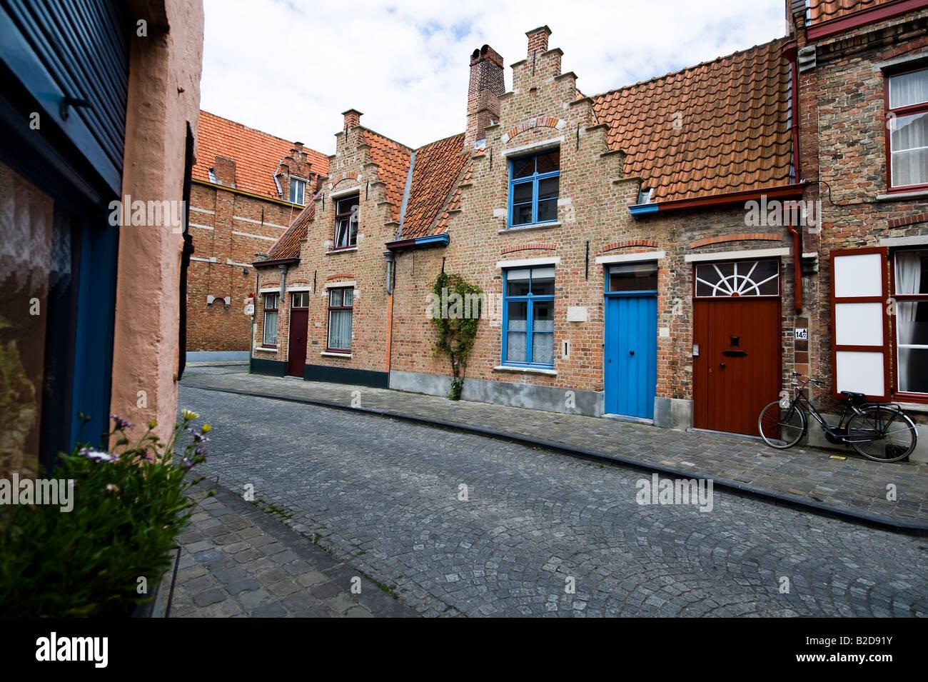 Typischen Treppengiebel-Häusern in einer Straße im inneren Brügge ...
