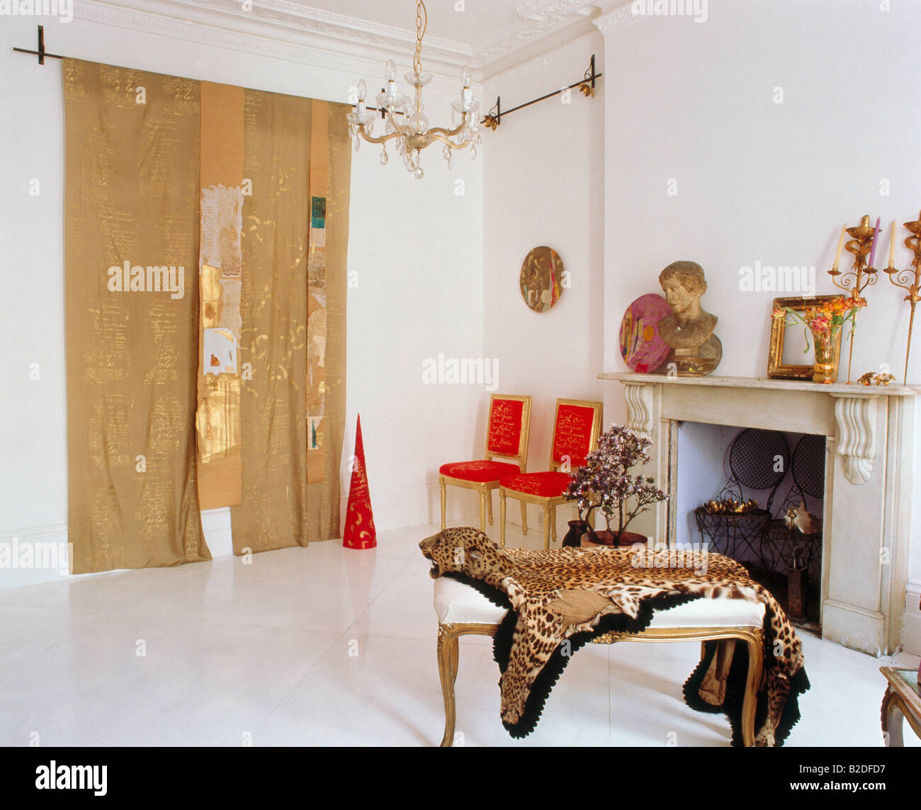 Weißer Bodenbelag faux tigerfell auf hocker in weiße schlafzimmer mit weißer