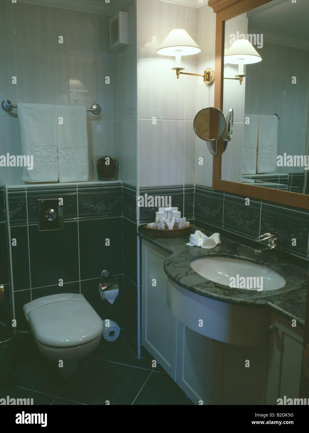 Wandleuchte Neben Spiegel Oben Unter Montiert Waschbecken Im