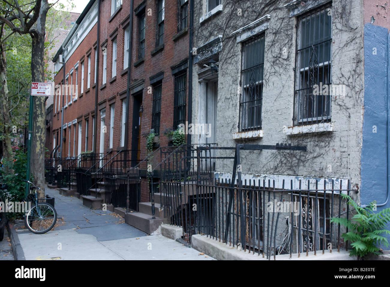 Gebäude auf einer von Bäumen gesäumten Straße in Tribeca, Manhattan. New York City Stockbild
