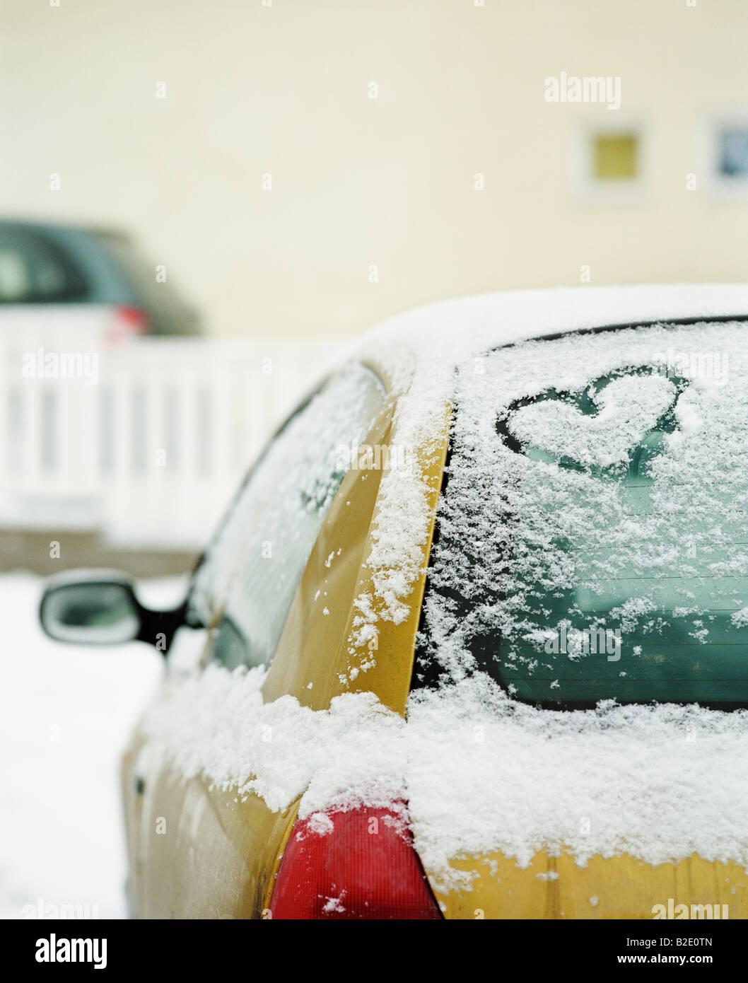 Herzform geschnitzt, auf ein Auto Stockfoto