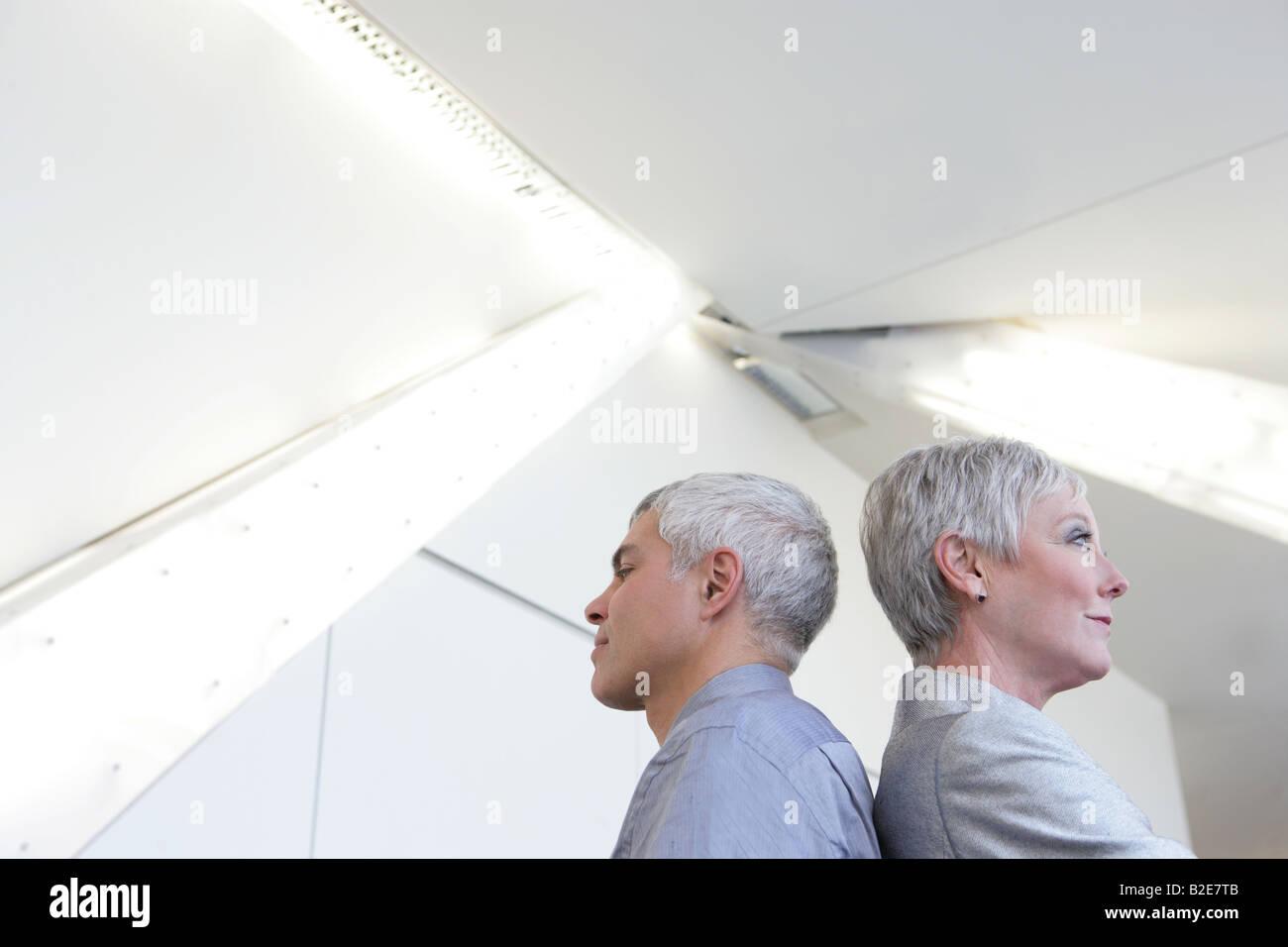 Älteres Paar im Flughafen stehen. Stockbild
