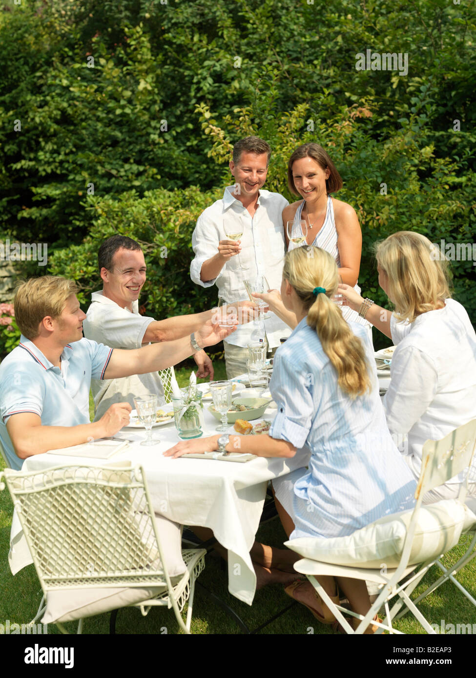 Gruppe von Menschen, die Essen im Garten Stockfoto