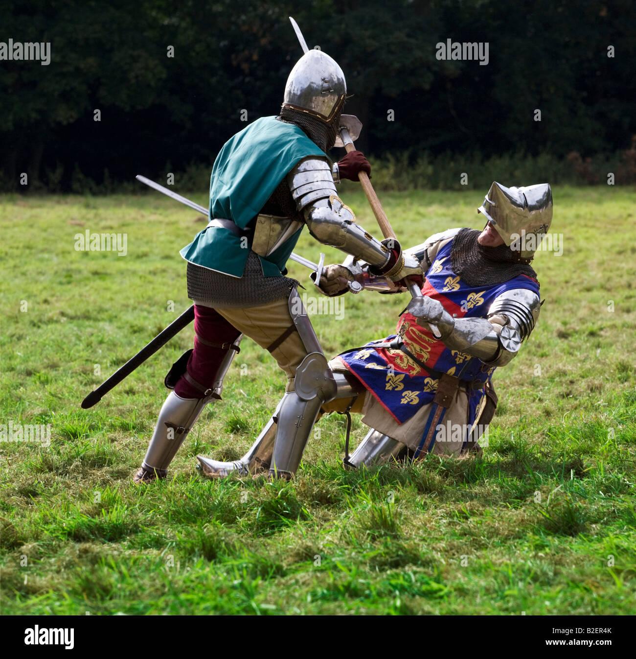 Mittelalterliche Ritter in Mortal Combat - ein Re-enactment. Nur für den redaktionellen Gebrauch bestimmt Stockbild
