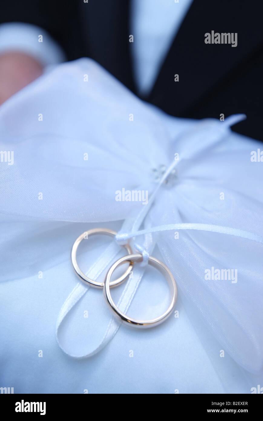 Eheringe Ringe Auf Einem Kissen Von Der Ringtrager Bei Der Hochzeit