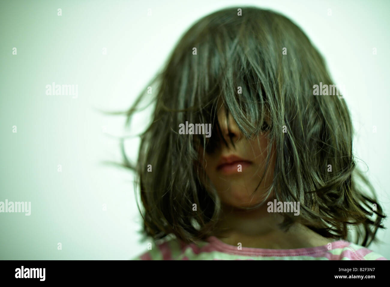 Fünf Jahre altes Mädchen mit strubbeligem Haar Stockbild