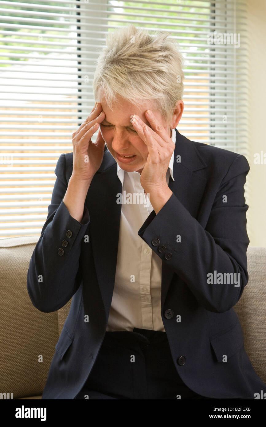gestresste Frau mit Kopfschmerzen Stockbild