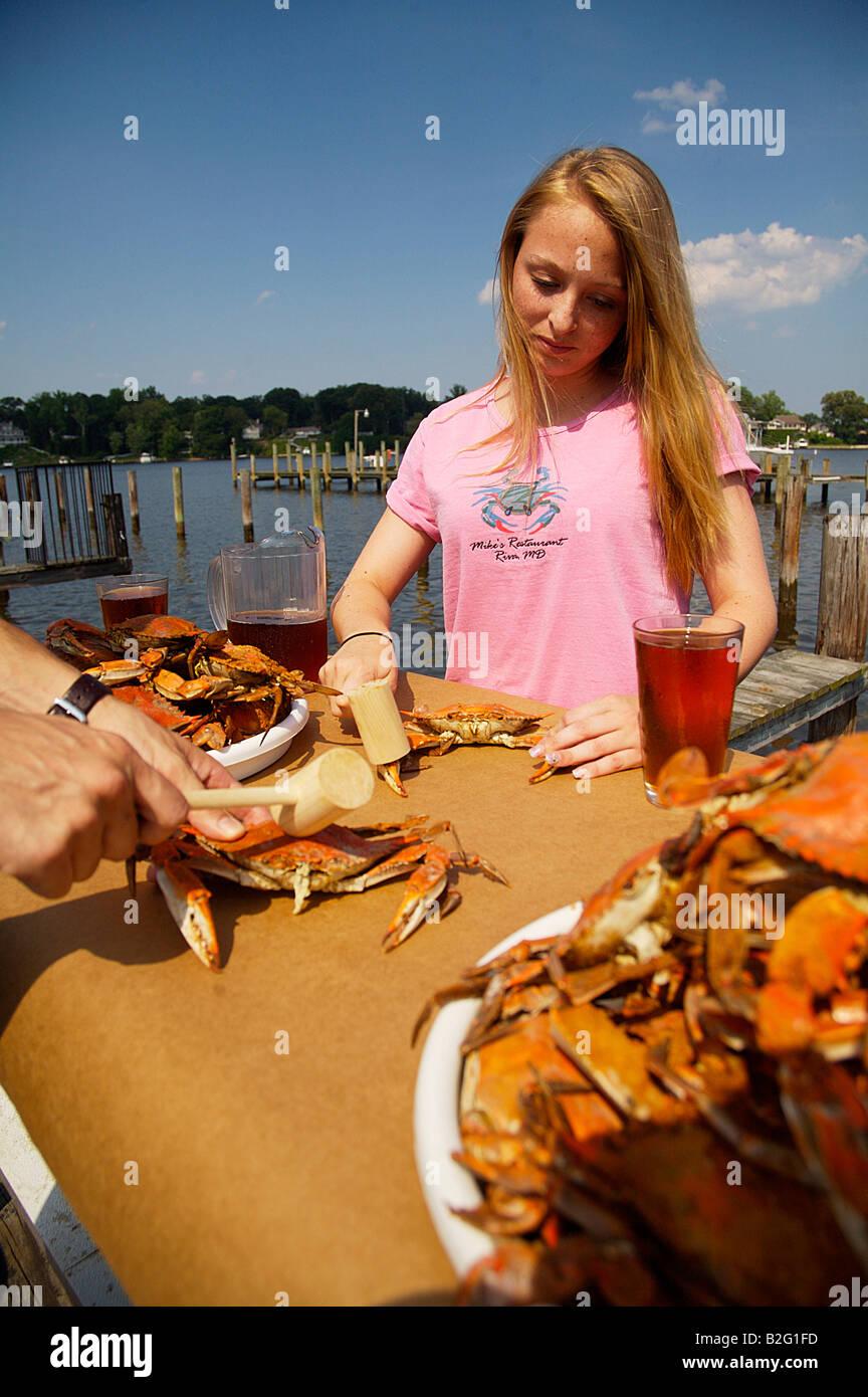 Paar Essen Gedampft Blaukrabben Im Freien Bei Mikes In Annapolis