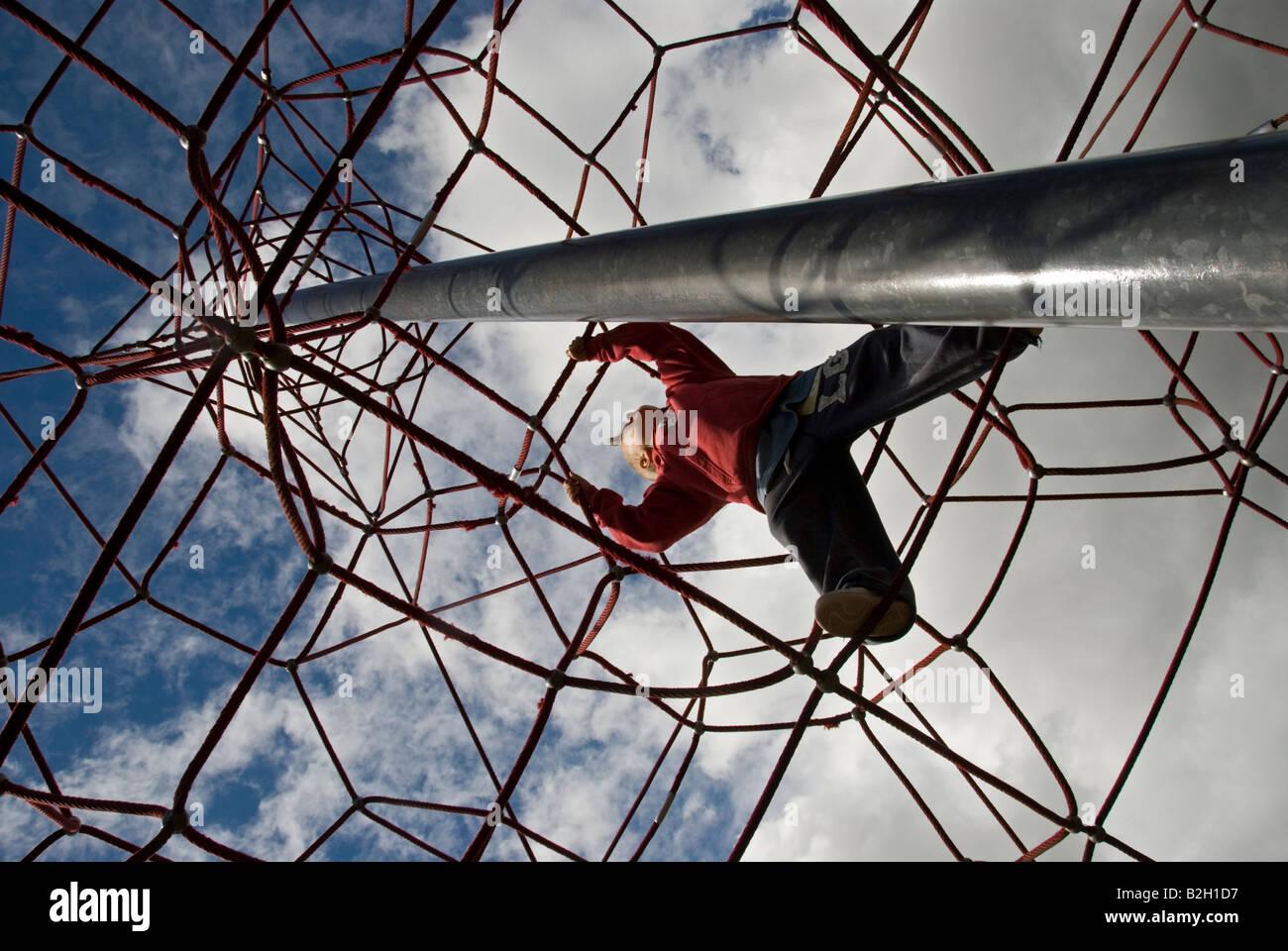 Klettergerüst Mit Seilen : Stock foto eines jungen klettern auf einem klettergerüst seil