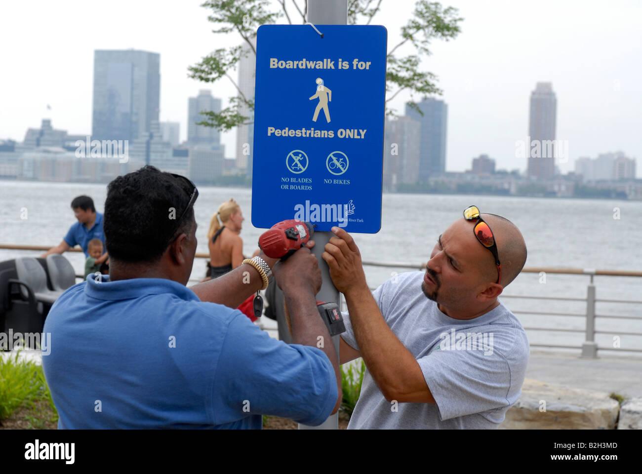 Arbeitnehmer haben den letzten Schliff auf dem neu eröffneten Tribeca Teil der Hudson River Park in New York Stockfoto