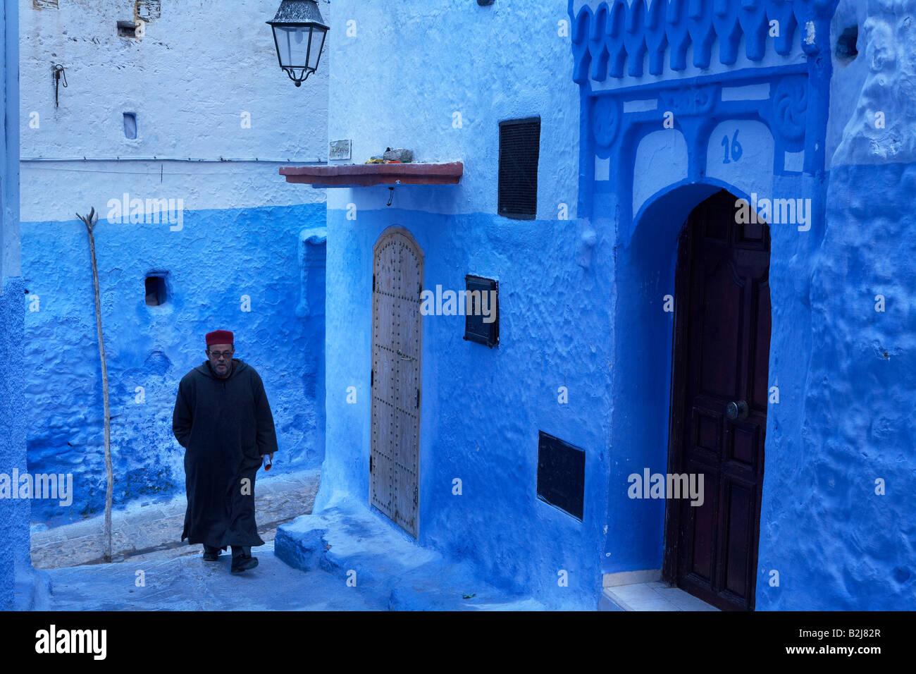 Straßenszenen in der blauen ummauerten Stadt Chefchaouen, Marokko Stockfoto