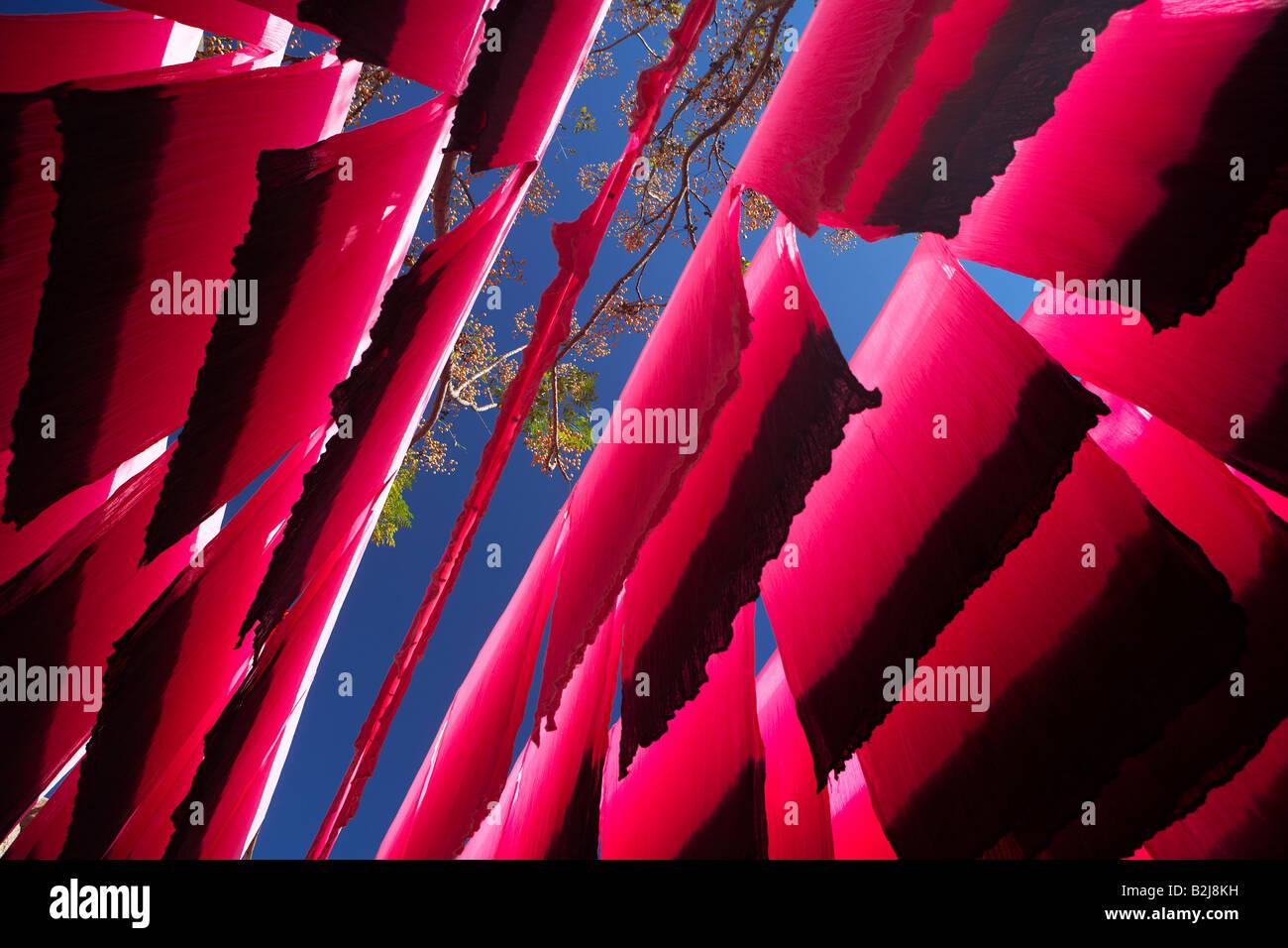 Stränge aus Seide hing zum Trocknen in die Färberin Souk, Marrakesch, Marokko Stockbild
