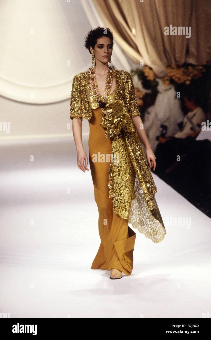 mode 1990er jahre mannequin tragen abendkleid ganzk rperansicht laufsteg haute couture. Black Bedroom Furniture Sets. Home Design Ideas