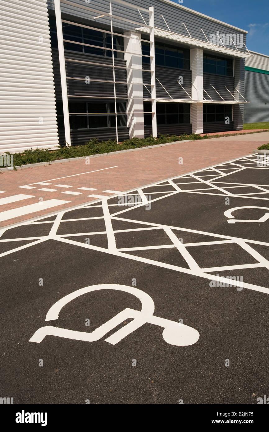 UK Behinderung Behindertenparkplatz stellen außen Neubau Bürogebäude ...