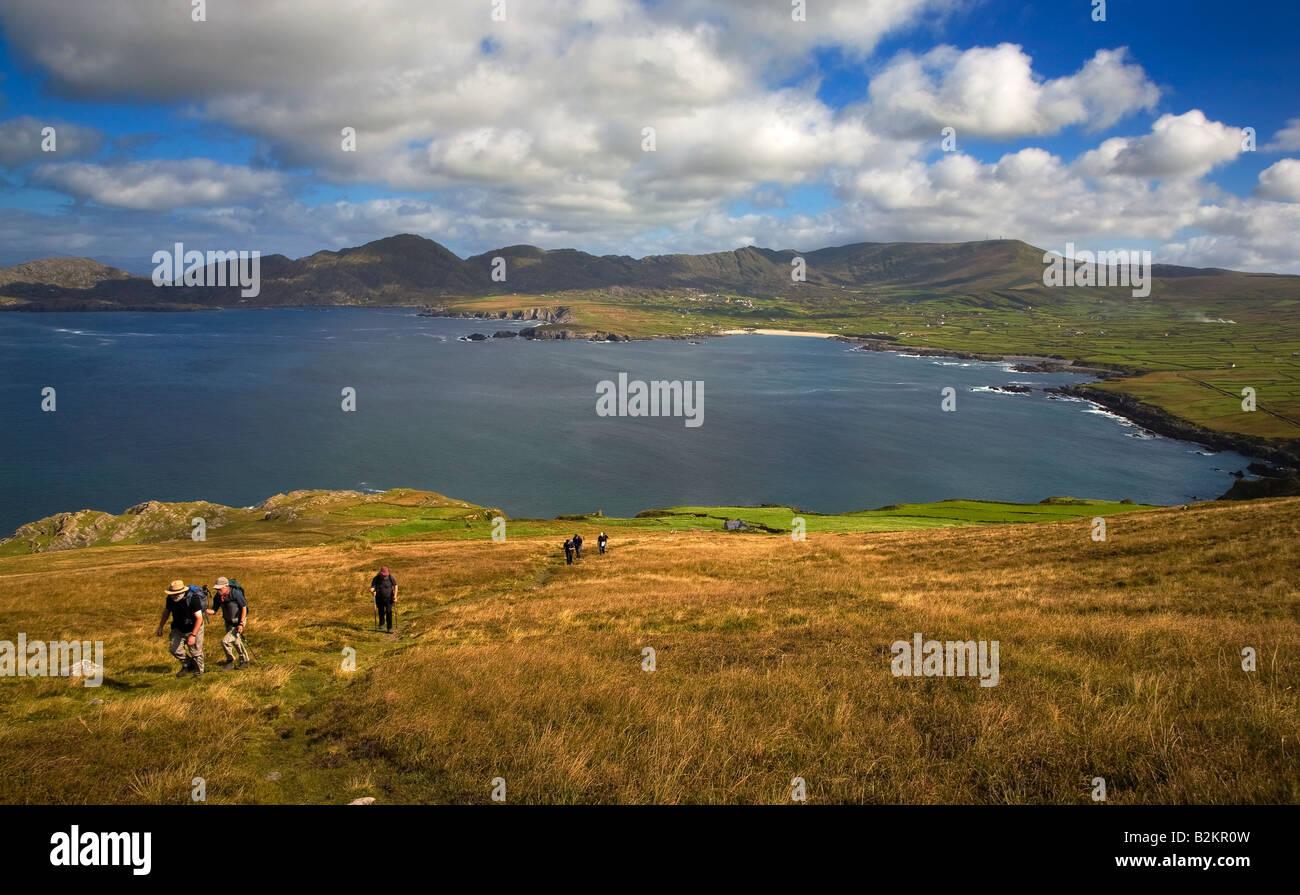 Wanderer auf Beara Way, mit Blick auf Allihies und der Küste, Beara Halbinsel, County Cork, Irland Stockbild