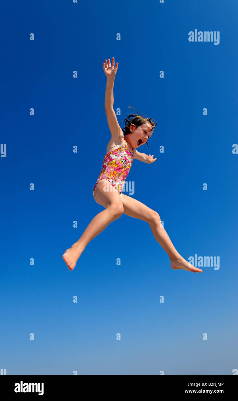 Fröhliches Mädchen springen. Stockbild
