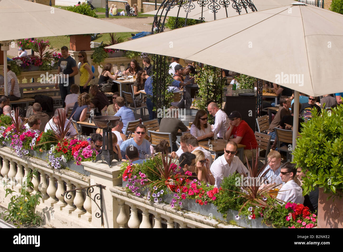 Menschen, die einen Drink in einer Bar Riverside Komplex mit Blick auf Thames River Richmond TW10 Surrey Vereinigtes Stockbild