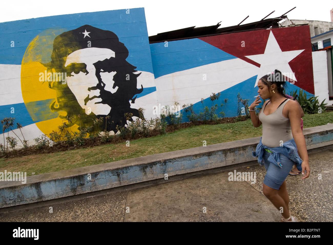 Kubanische Frau vorbeigehen Ernesto Che Guevara Wandbild. Centro. Havanna. Kuba Stockbild