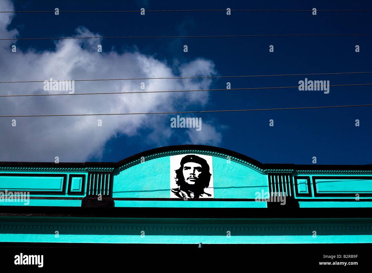Ein leuchtend blaues Gebäude geschmückt mit einem Bild von Ernesto Che Guevara in Baracoa, Kuba Stockbild