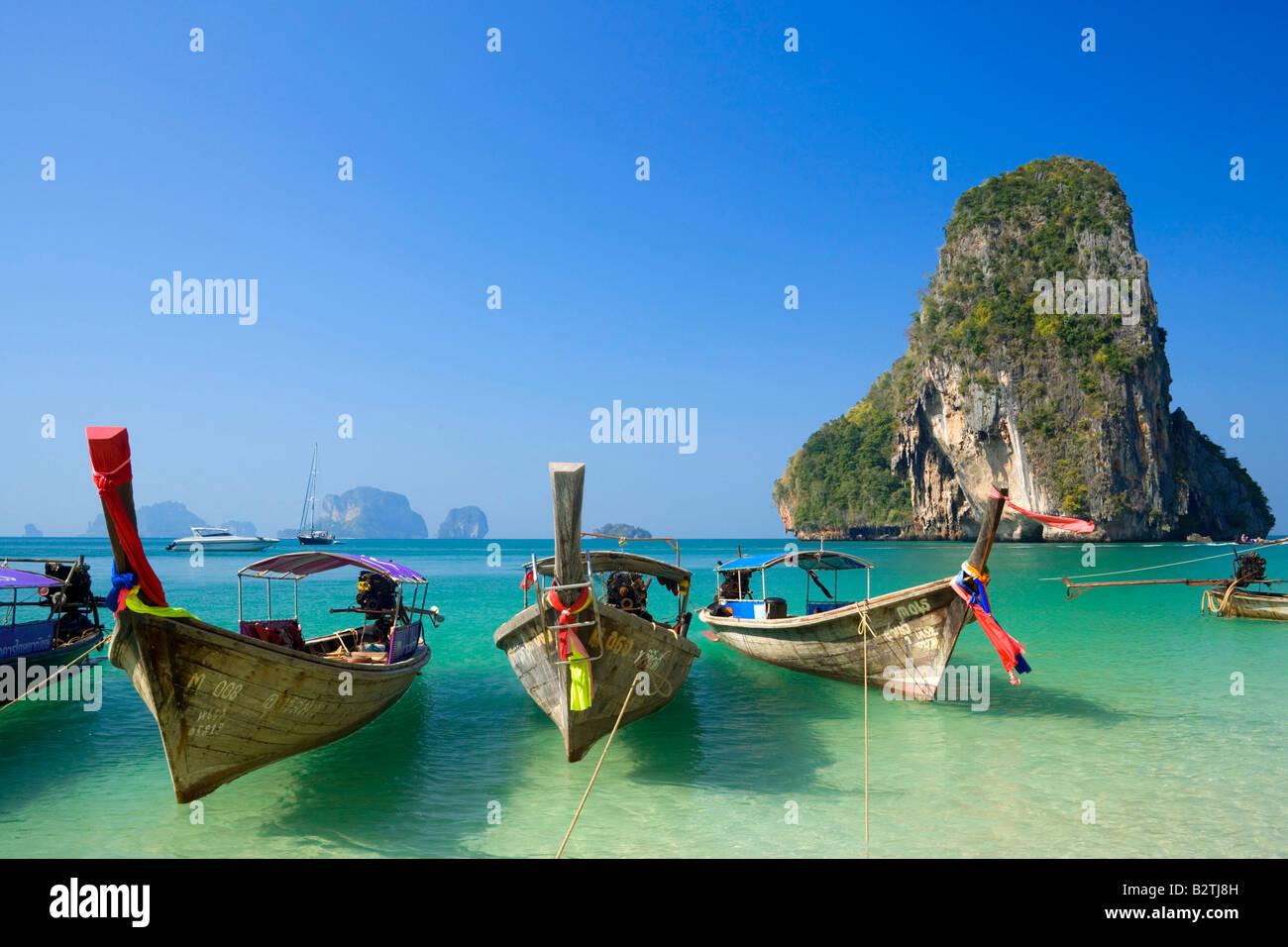Verankerte Boote, Kreidefelsen im Hintergrund, Laem Phra Nang, Railay, Phra Nang Beach, Krabi, Thailand nach dem Stockbild