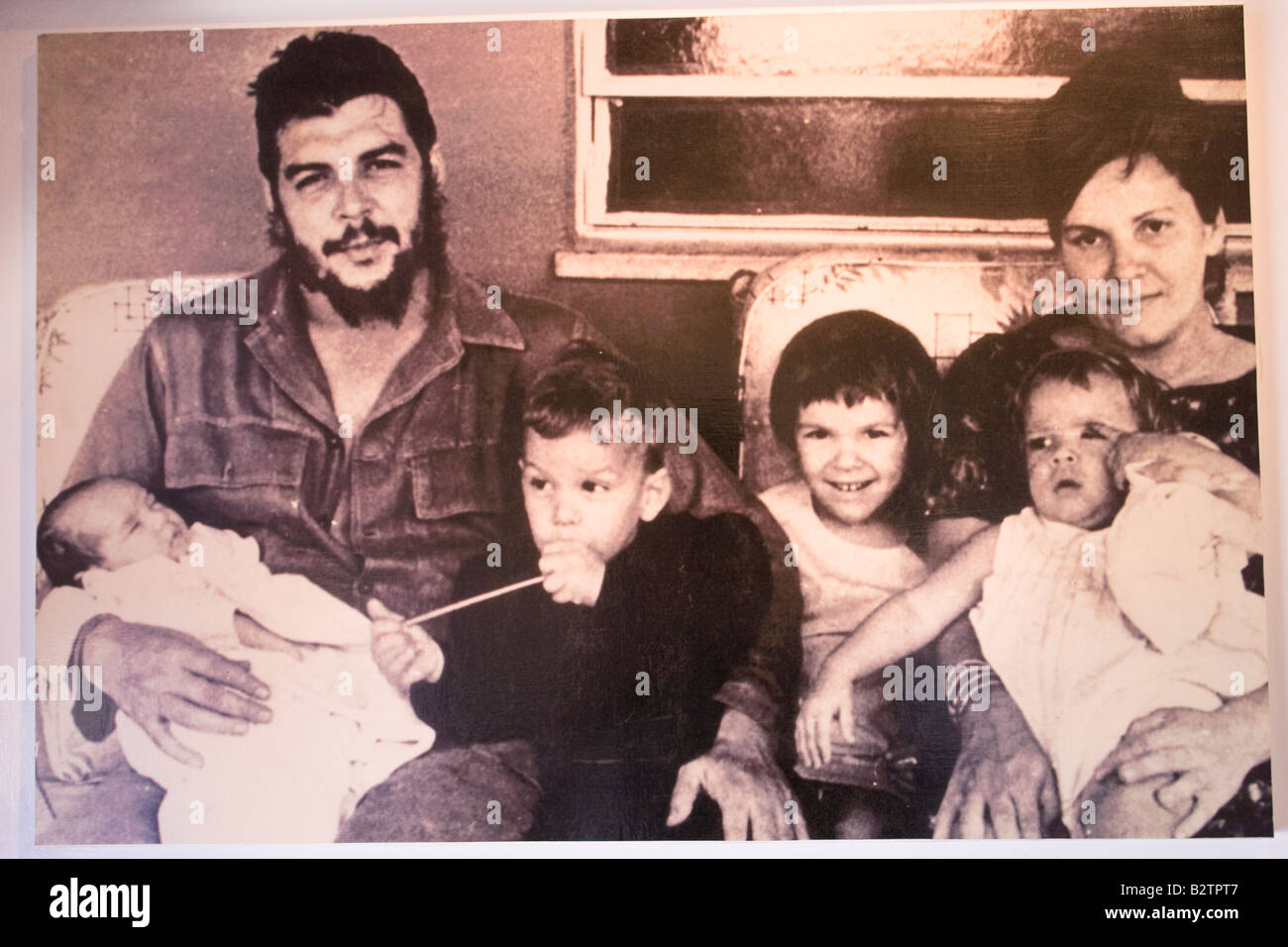 Foto von Ernesto Che Guevara mit seiner Frau Aleida März und ihren Kindern ausgestellt im Museum in Alta Gracia, Stockbild