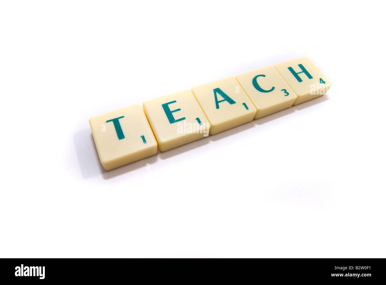 Scrabble Stücke Rechtschreibprüfung das Wort Teach Stockbild