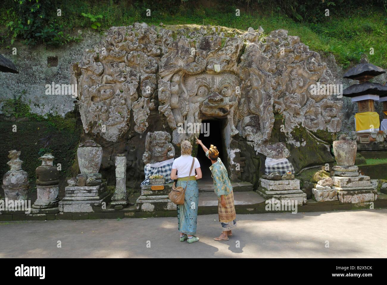 ELEFANTENHÖHLE Goa Gajah, Touristen vor, Bali, Indonesien, Asien Stockbild