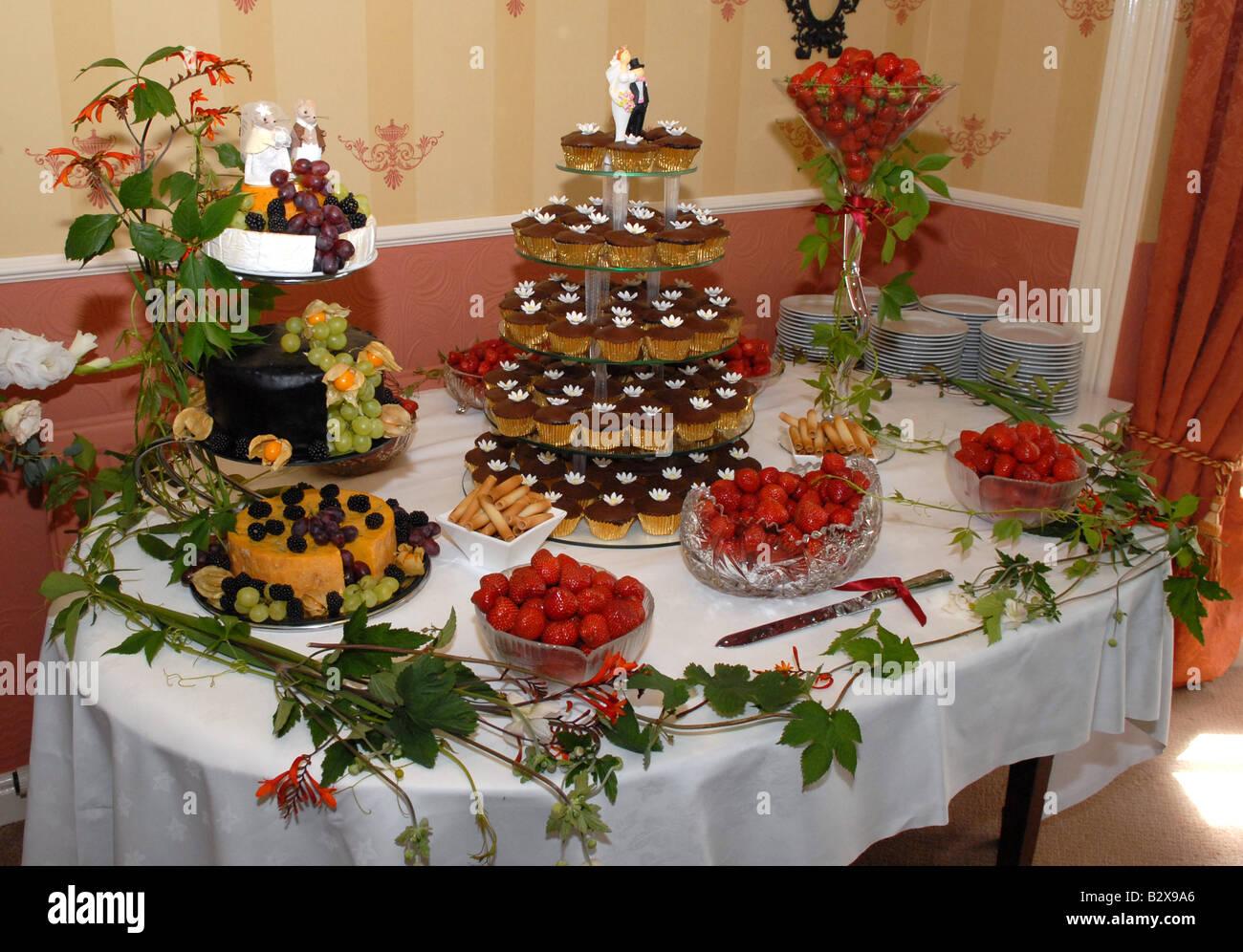 Hochzeitstorten Tasse Mit Erdbeeren Und Ein Kasekuchen Stockfoto