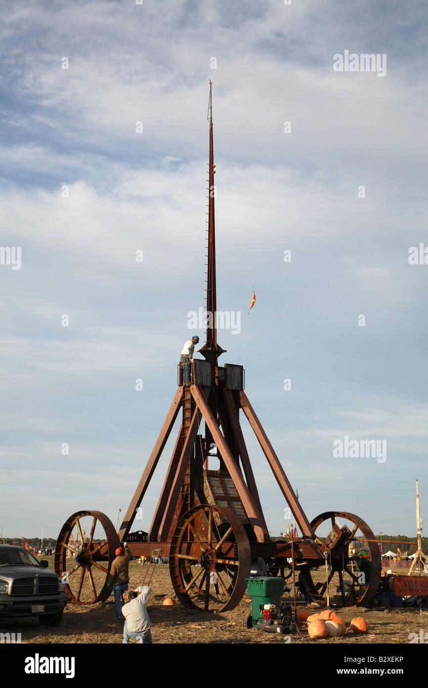 Riesigen eisernen Rädern Yankee Belagerung Trebuchet mit auf kleine ...