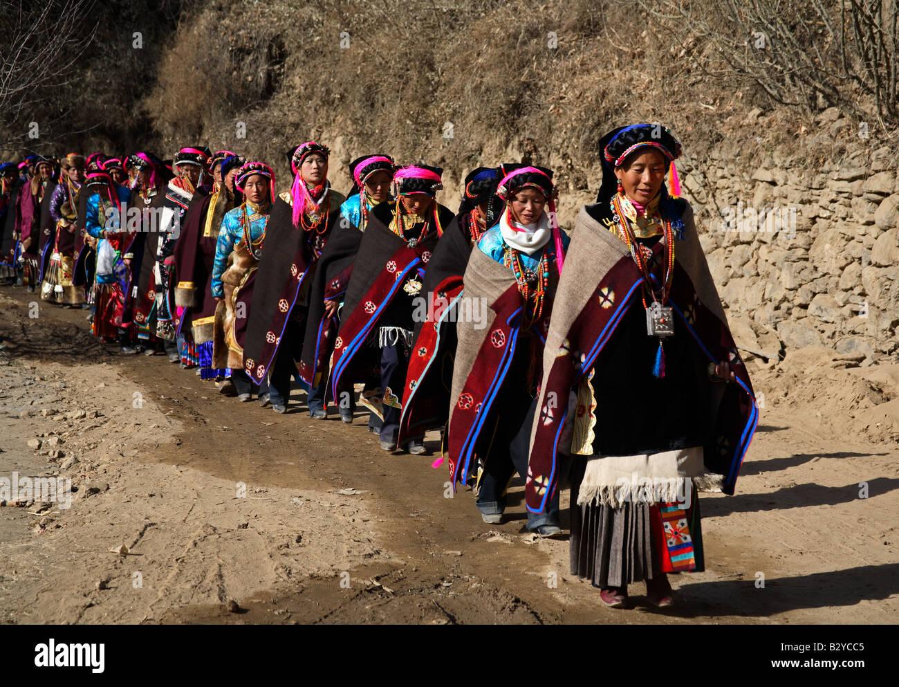 Dorfbewohner Die Teilnahme An Einer Hochzeitszeremonie In Danba