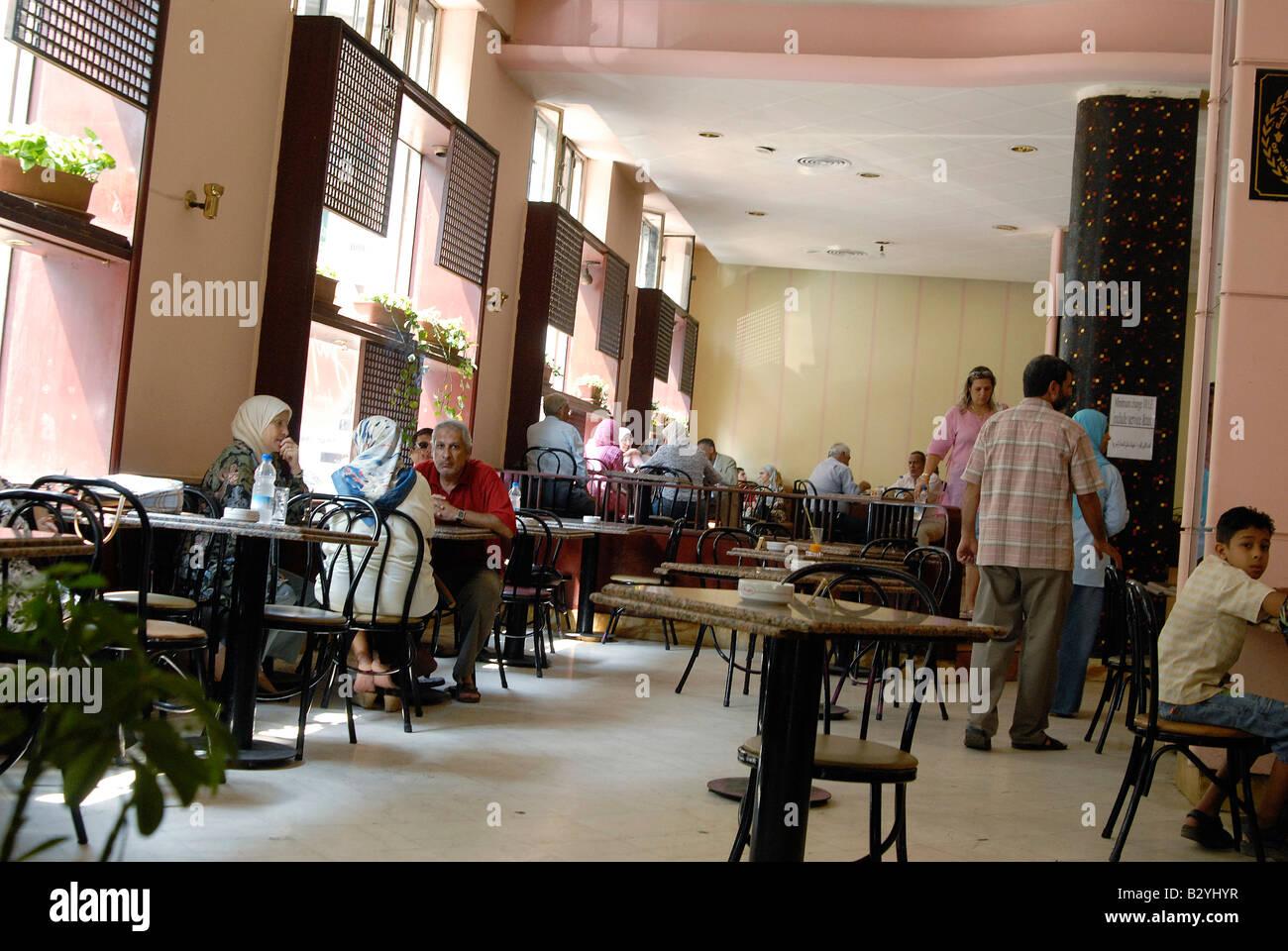 Typischen Art-Deco-Interieur Design bildet in der Innenstadt Kairos ...