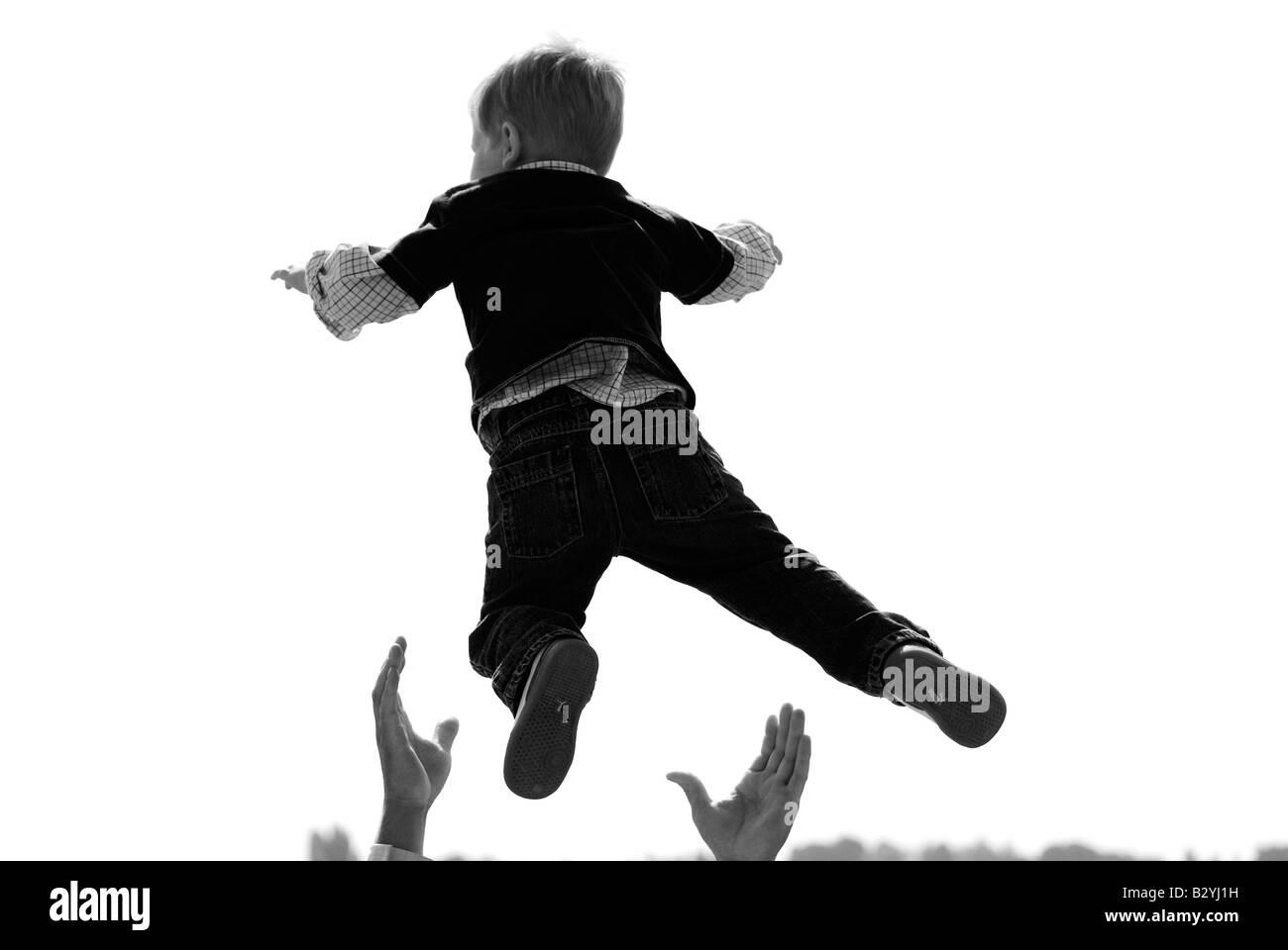Des Vaters Hände seines Sohnes zu fangen. Stockbild