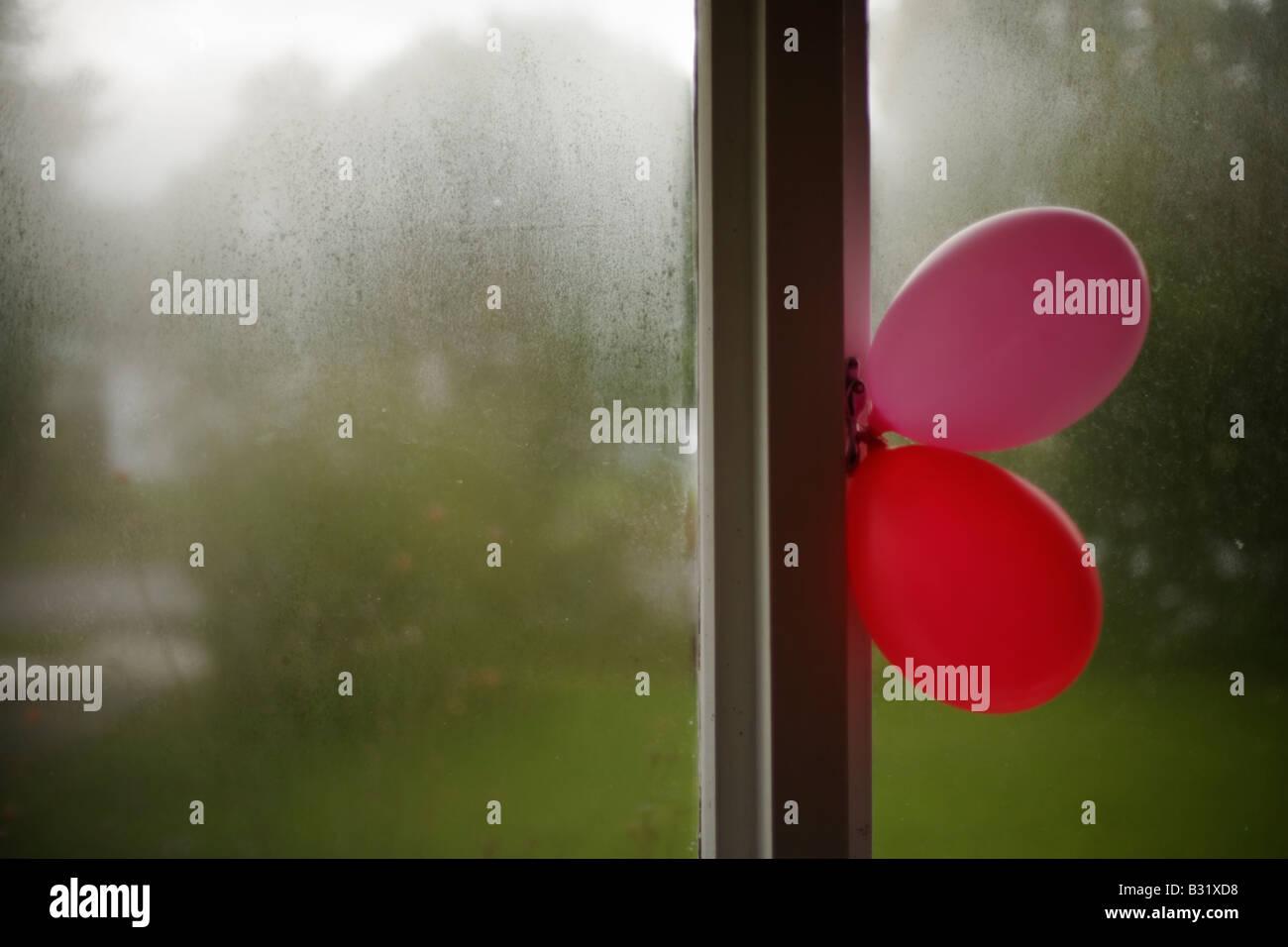 Luftballons am Fenster Stockbild