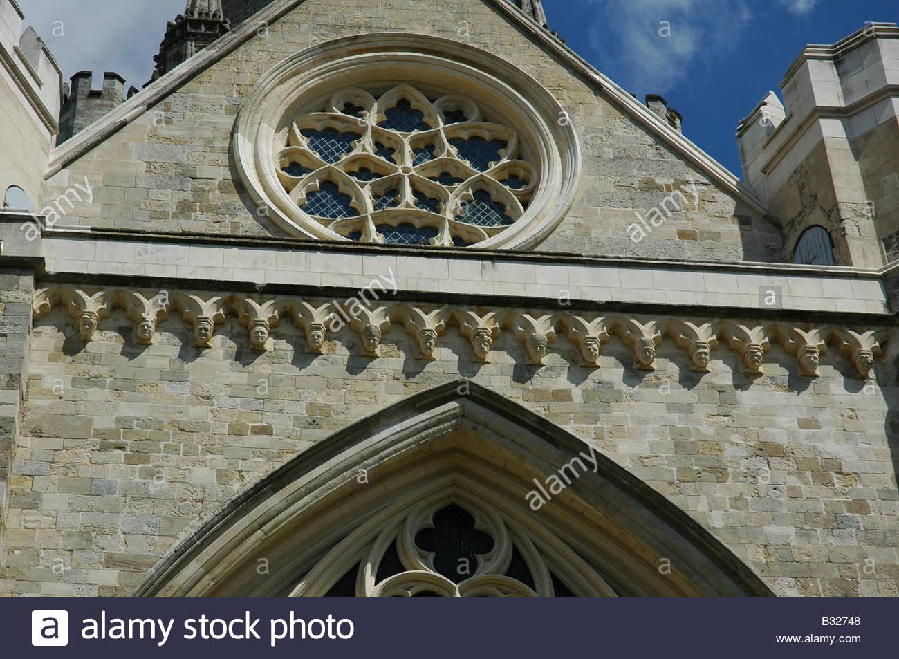 Gesichter auf dem Tisch Corbel am südlichen Querschiff der Kathedrale von The Holy Trinity Chichester geschnitzt Stockfoto