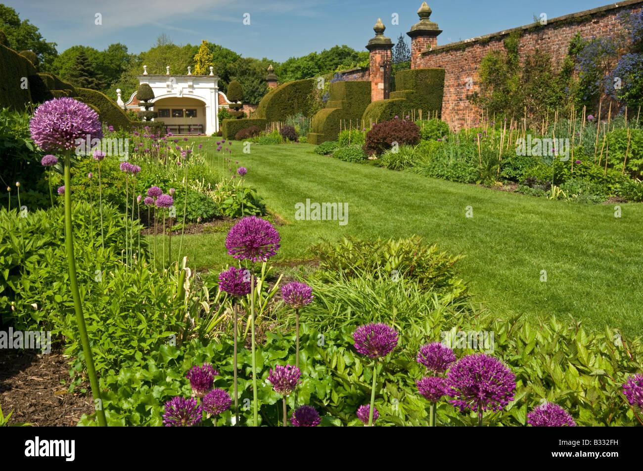 Die Staudenrabatten Arley Hall and Gardens, Arley, Cheshire, England, Vereinigtes Königreich Stockbild