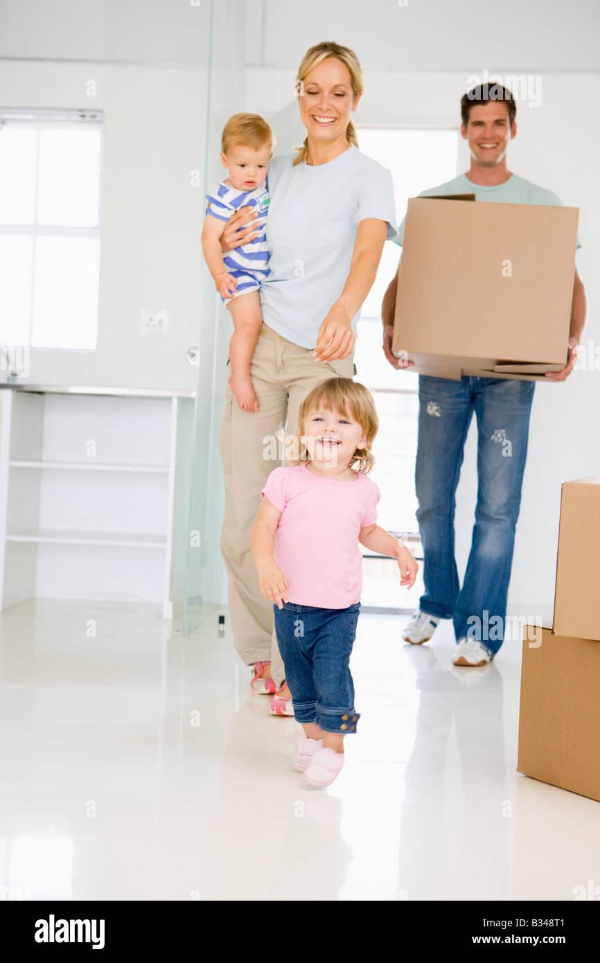 Familie mit Umzug in die neue Heimat lächelnd-box Stockbild