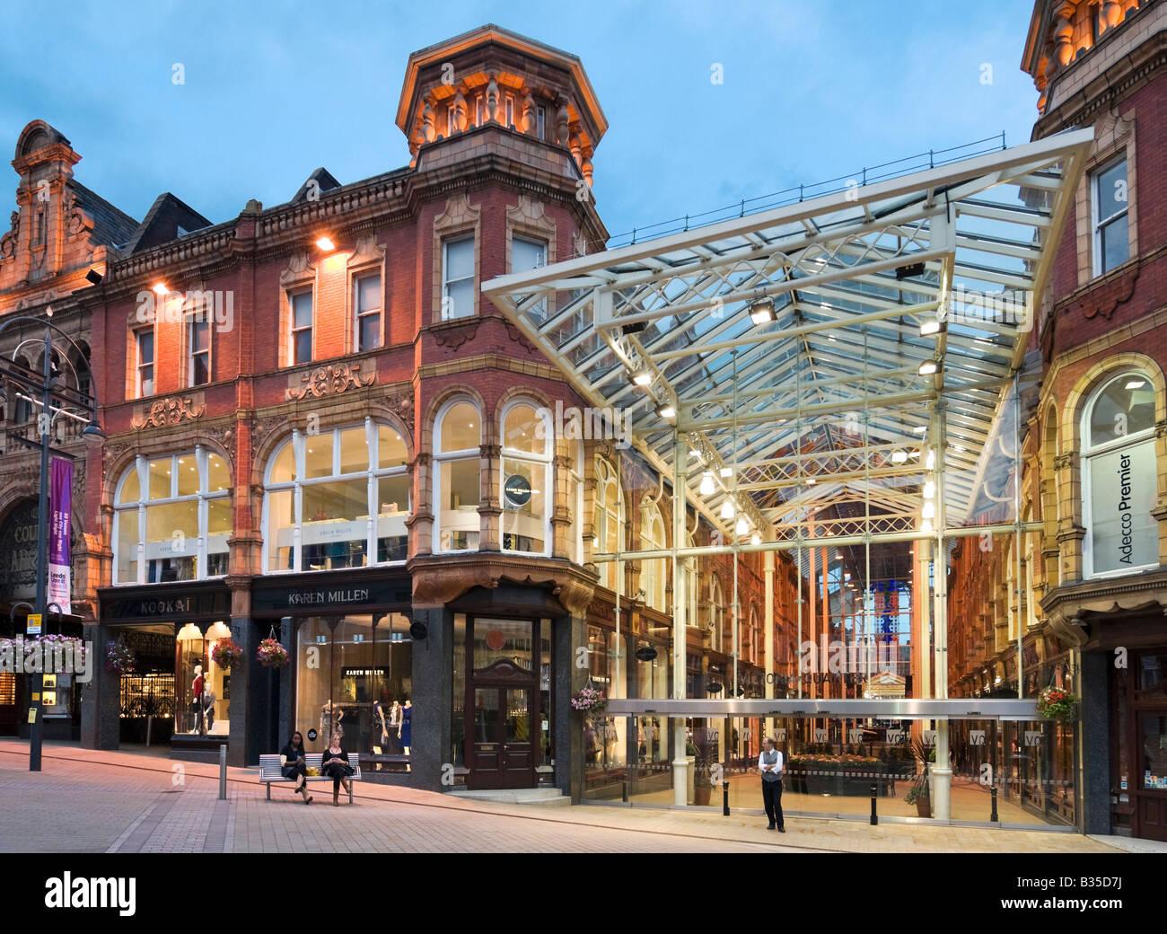 0dbe58bfe2 Einkaufspassage im Quartier Victoria bei Nacht, Briggate, Leeds, West  Yorkshire, England