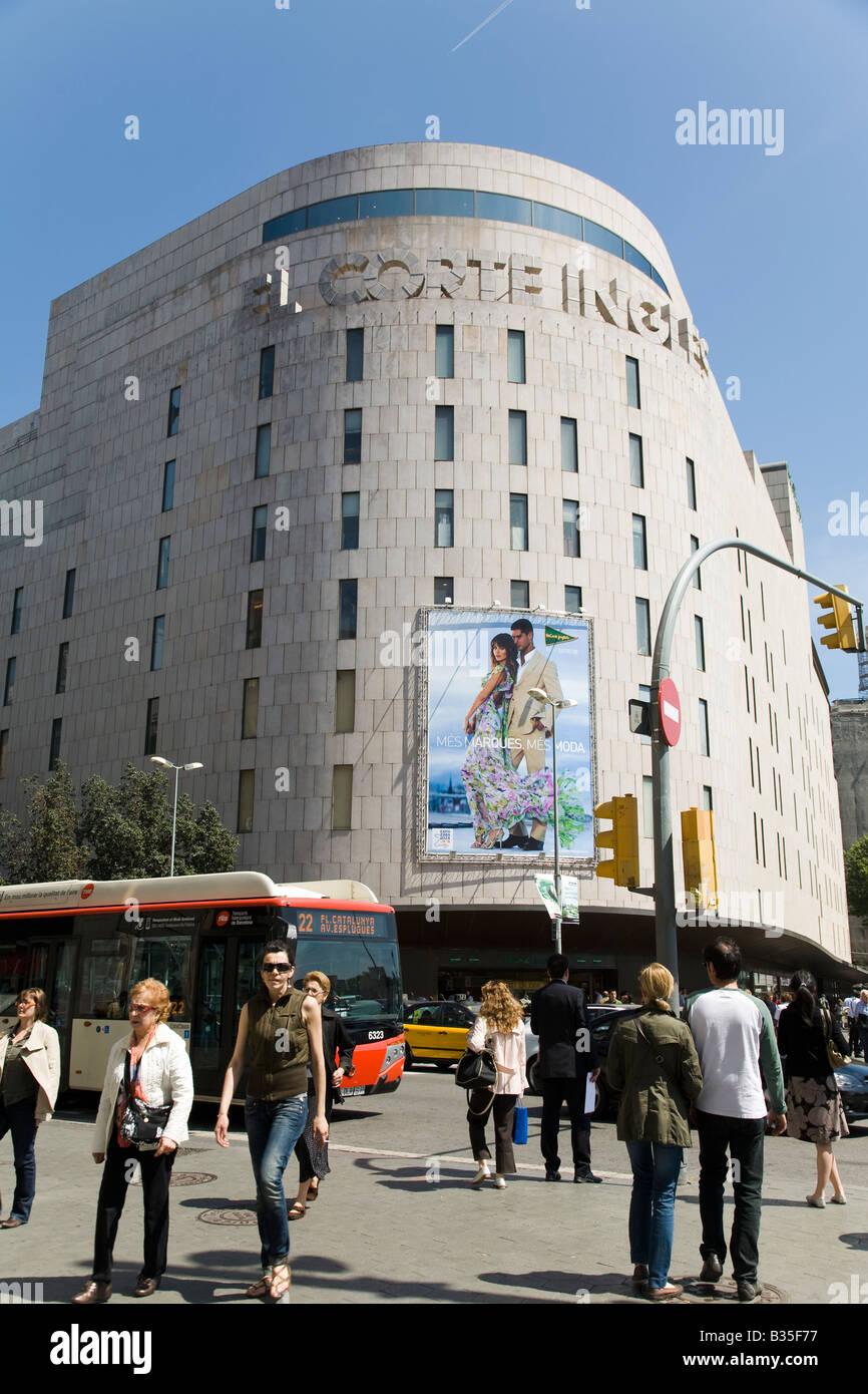 Spanien Barcelona El Corte Ingles Kaufhaus am Passeig de Gràcia Straße Kreuzung Linienbus und Fußgänger Stockbild