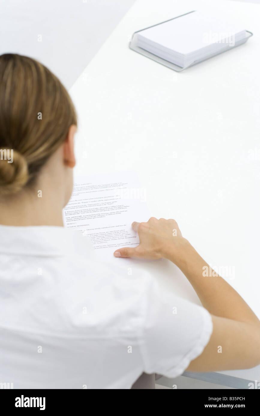 Frau liest Dokument über die Schulter-Blick Stockfoto
