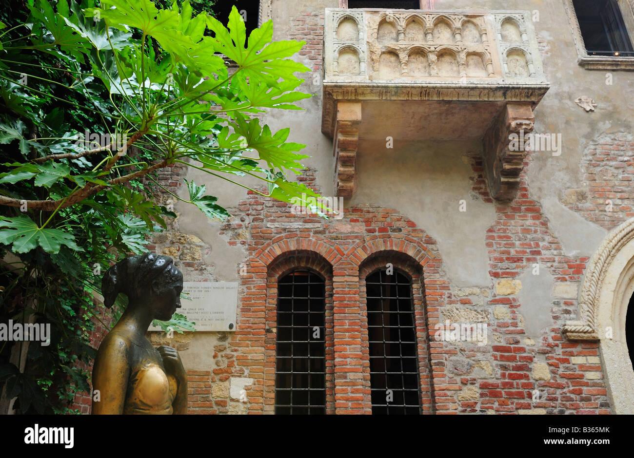 Julia Balkon Und Statue Von Shakespeares Romeo Und Julia Verona