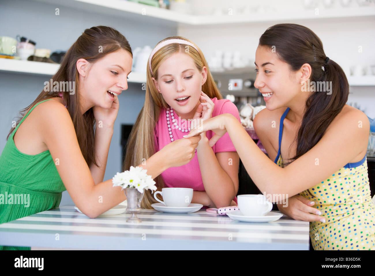 Junge Frau Zeigt Verlobungsring Zu Freunden Stockfoto Bild