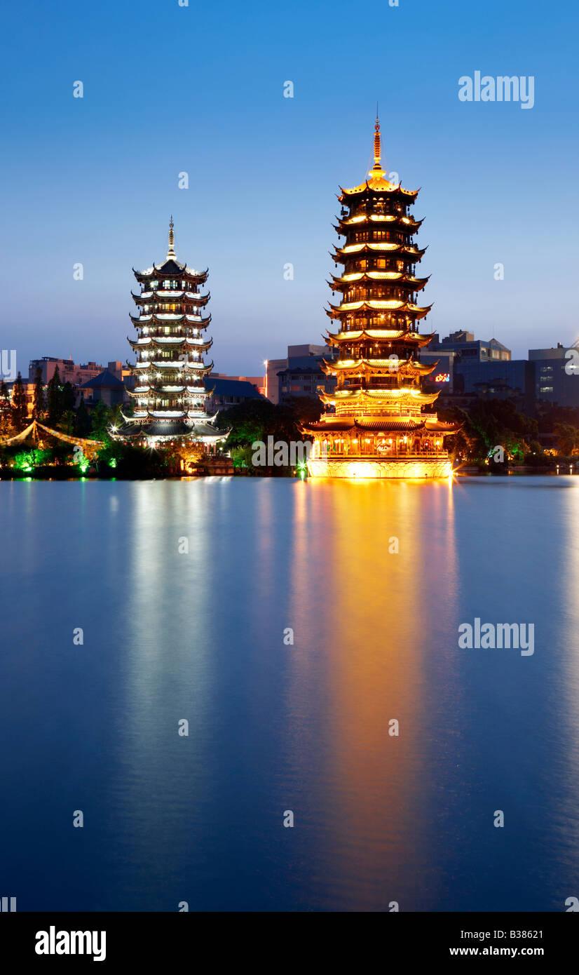 Doppel-Turm der Sonne und des Mondes Shanhu See Guilin Südchina Stockbild