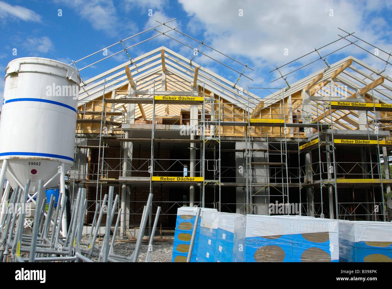 Haus construcion site mit Isoliermaterial vor Stockbild