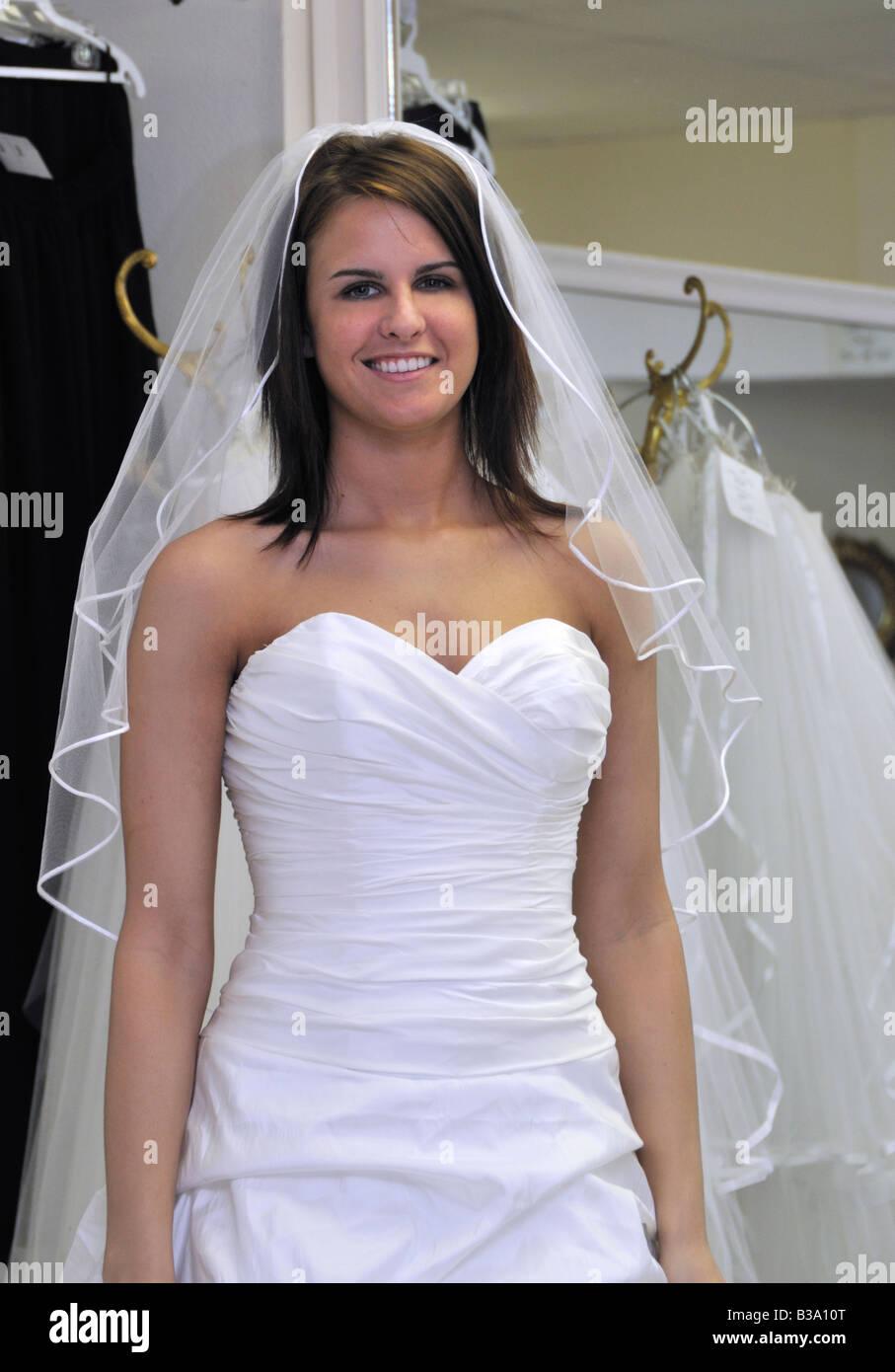 Eine junge Braut ihr Brautkleid gerade einige Monate vor der ...