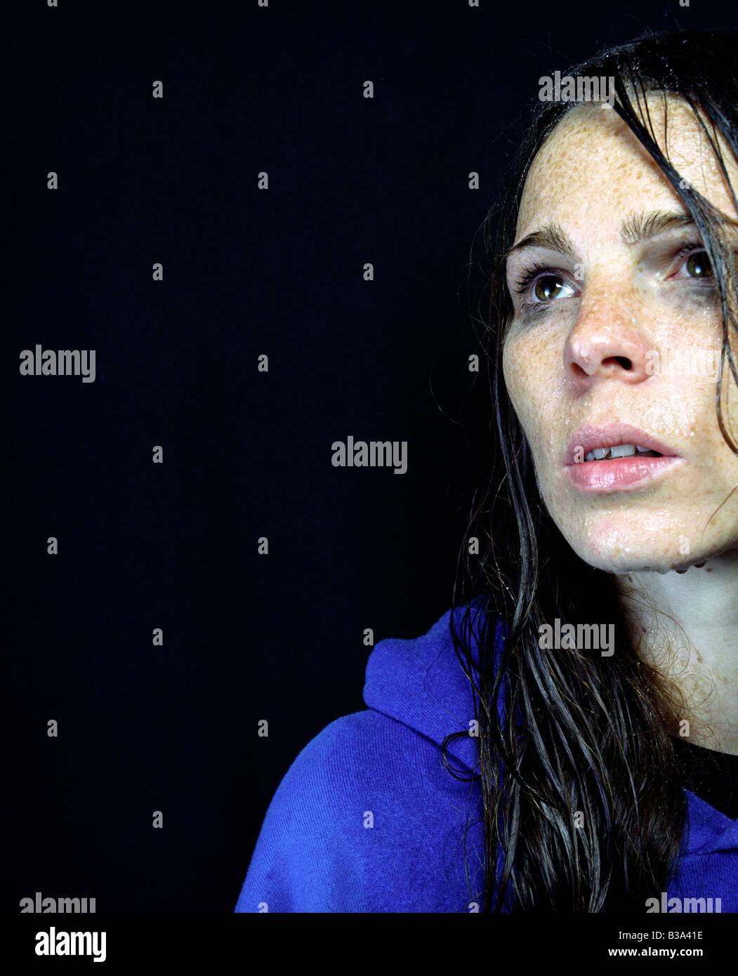 Porträt einer Frau mit einem nassen Gesicht Stockbild