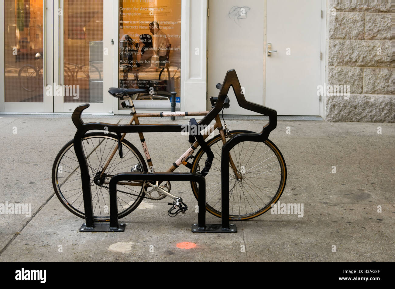 Einer der neun Fahrradständer, entworfen von David Byrne der Talking Heads mit dem Titel The Villager auf LaGuardia Stockbild